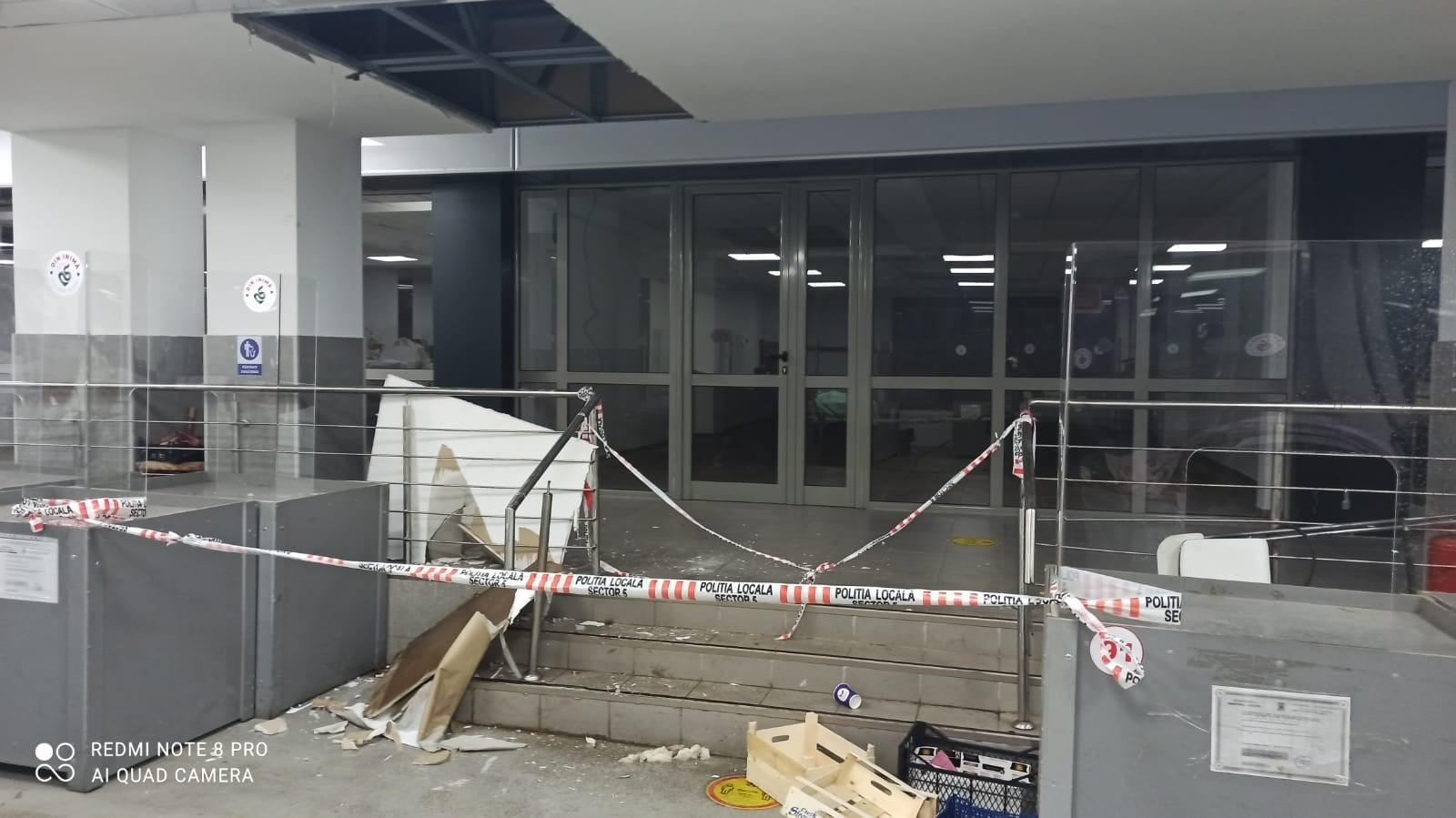 O bucată din tavanul Pieței Rahova a căzut