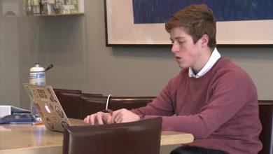 """Photo of """"Vânătorii de vaccinuri"""". Un adolescent de 14 ani ajută sute de persoane să se programeze pentru vaccinul anti-COVID"""