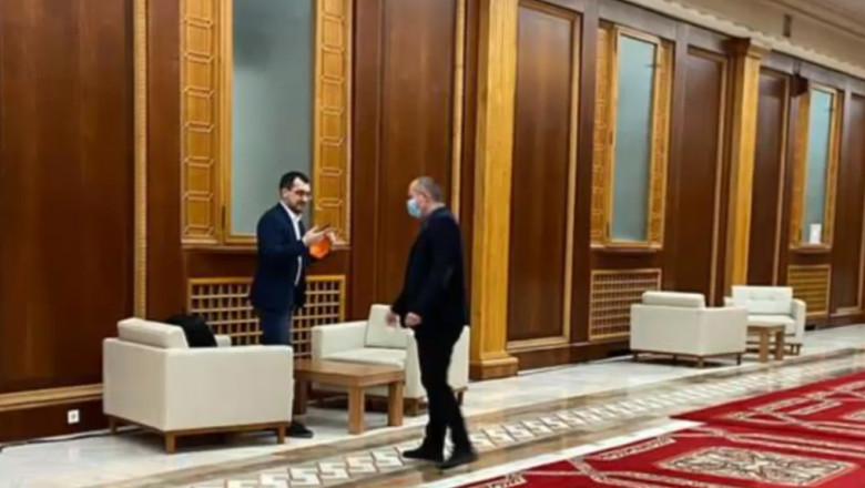 """Vlad Voiculescu, surprins a doua oară fără mască în minister. Au trecut patru zile de la prima """"neatenție"""""""