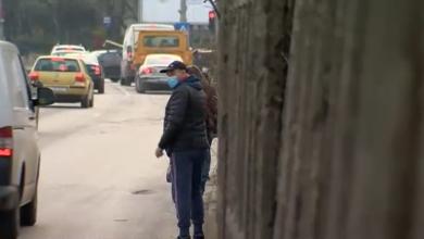 Photo of Ieși de pe aleea blocului direct în stradă – povestea locatarilor unui bloc fără trotuar, chiar pe Bulevardul Timișoara