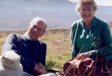 Photo of După 73 de ani împreună, Regina Elizabeta a II-a stă singură în Capela St. George și privește funeraliile prinţului Philip. Povestea unei scrisori semnate Lilibeth