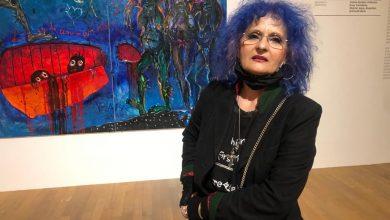 """Photo of Vioara, artistă faimoasă cu părul albastru, expune la MNAC în București. Jandarmii păzesc muzeul de indignarea pudicilor care cred că expoziția este """"porno-grotescă"""",  atac la Iisus în Săptămâna Patimilor"""