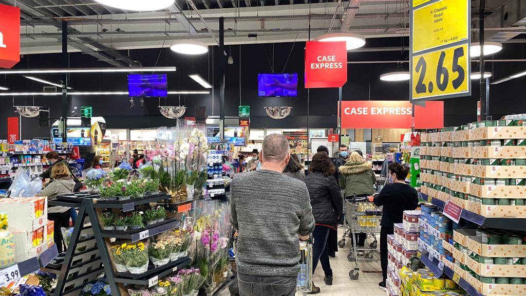 numărul maxim de clienţi care pot fi prezenţi într-un magazin