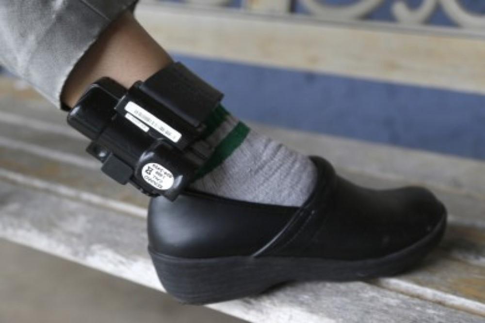 Agresorii vor fi monitorizați cu brățări electronice