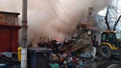 Photo of Incendiu uriaș în Ferentari. Focul s-a extins la patru proprietăți, case și anexe. Pompierii au intervenit cu 12 autospeciale