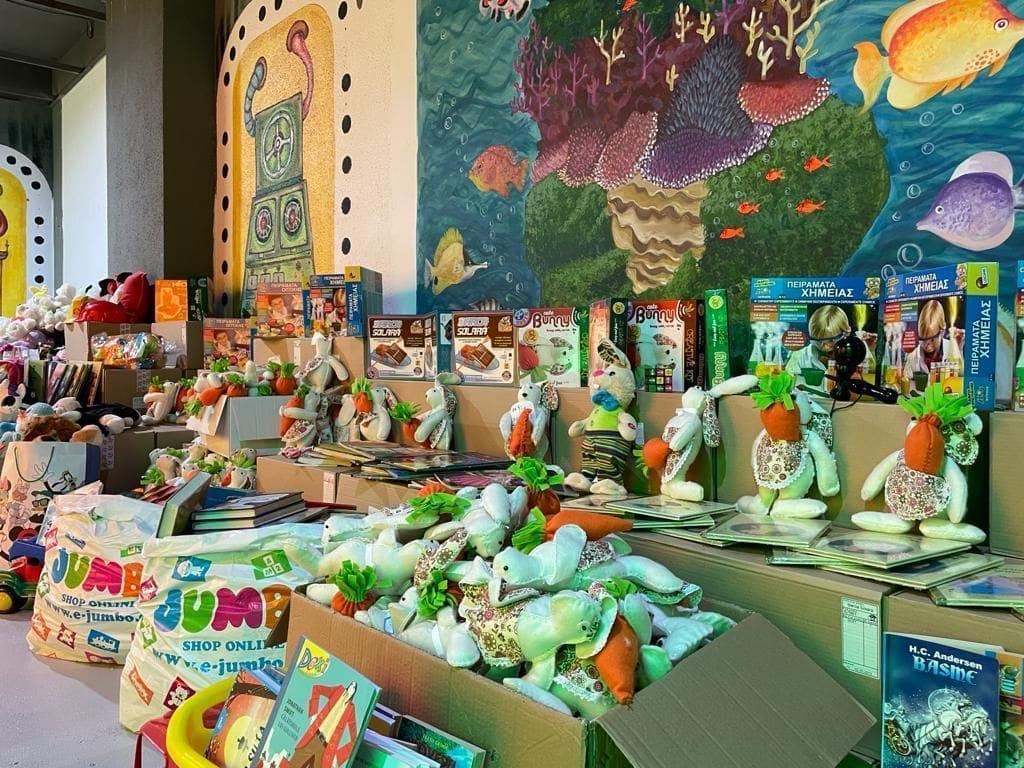 """Mii de jucării, donate în cadrul campaniei """"DăruiEști în BucurEști"""""""