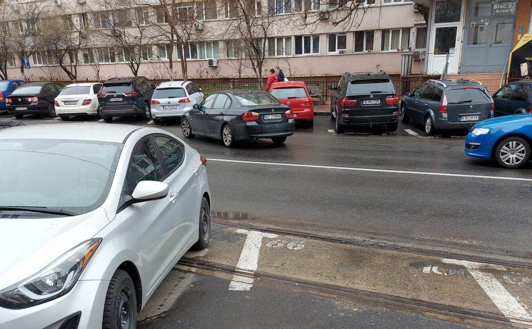 au parcat mașinile pe linia de tramvai