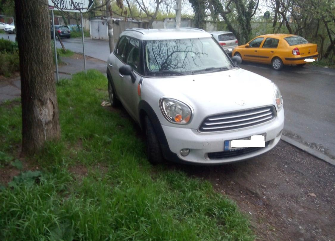 Polițiștii locali au amendat șoferii dintr-un sector al Bucureștiului pentru staționarea vehiculelor și remorcilor pe spațiile verzi