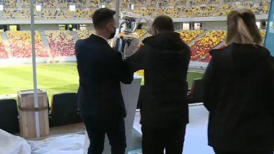 Photo of Trofeul Euro 2020 a fost dărâmat în momentul prezentării pe Arena Națională. Cum a căzut cupa și cine este responsabil