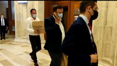 """Photo of Ludovic Orban oferă explicații după petrecerea de la Parlament unde nu s-a ținut cont de reguli. """"Nu poți purta mască atunci când mănânci"""""""