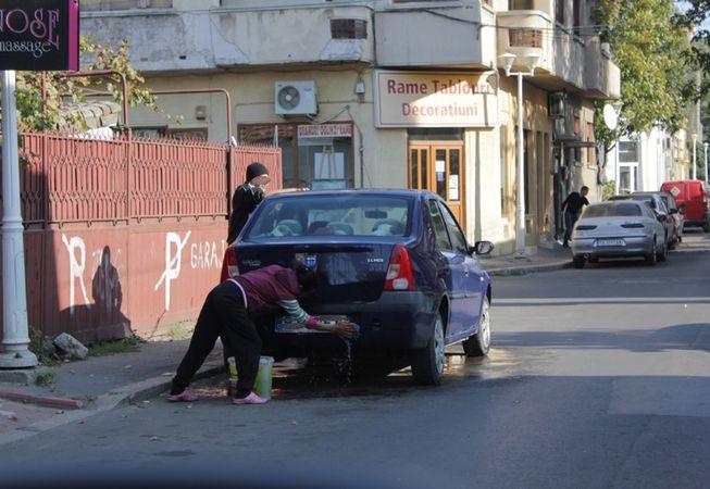 Ce amenzi riscă bucureștenii care îşi spală maşinile în faţa blocului