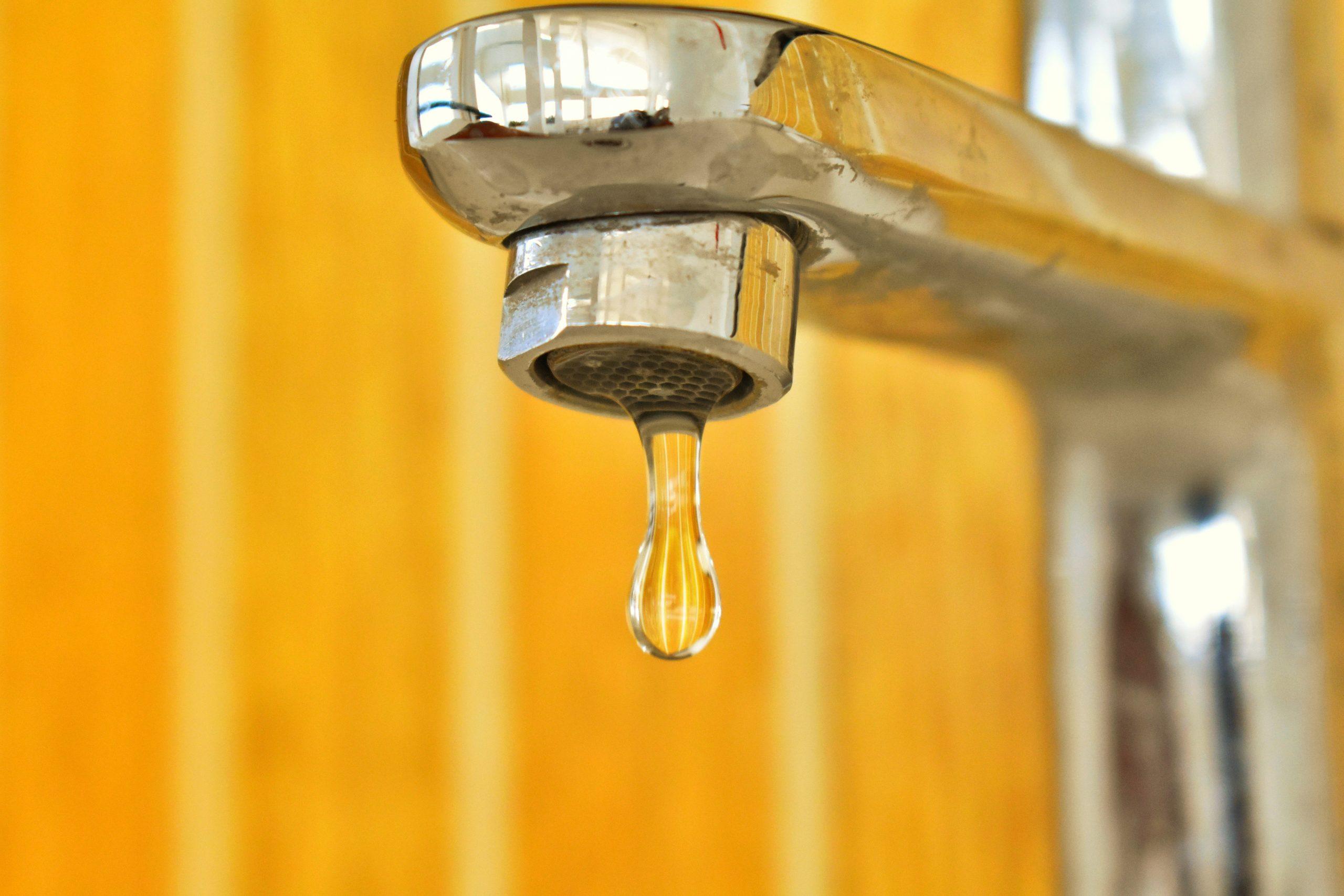 Bucureștenii s-au săturat să încălzească apa la aragaz. Apa caldă lipsește în mai multe zone, din cauza avariilor
