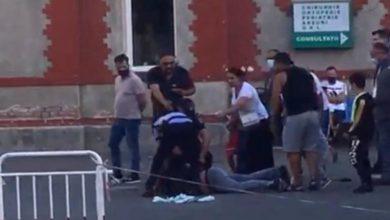 Photo of Scandal în curtea Spitalului Grigore Alexandrescu. Un bărbat a fost încătușat după ce ar fi lovit un doctor la Urgenţe