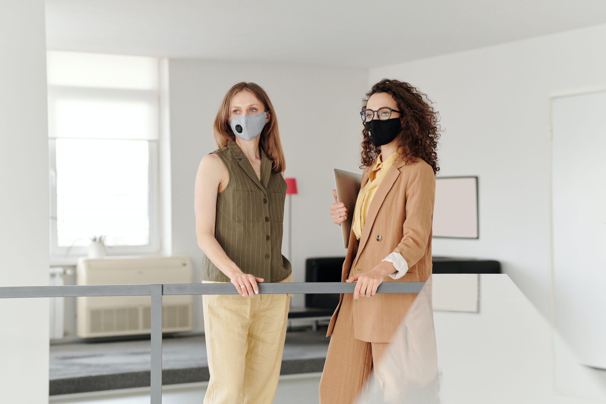 Prefectul Capitalei: Companiile pot decide dacă angajații vaccinați să renunțe la mască în birouri