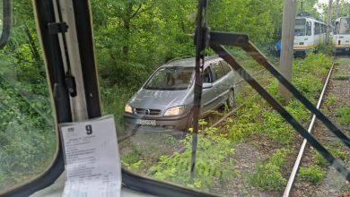 Photo of I-re-al! O mașină a rămas blocată pe șinele de tramvai în Pipera | VIDEO