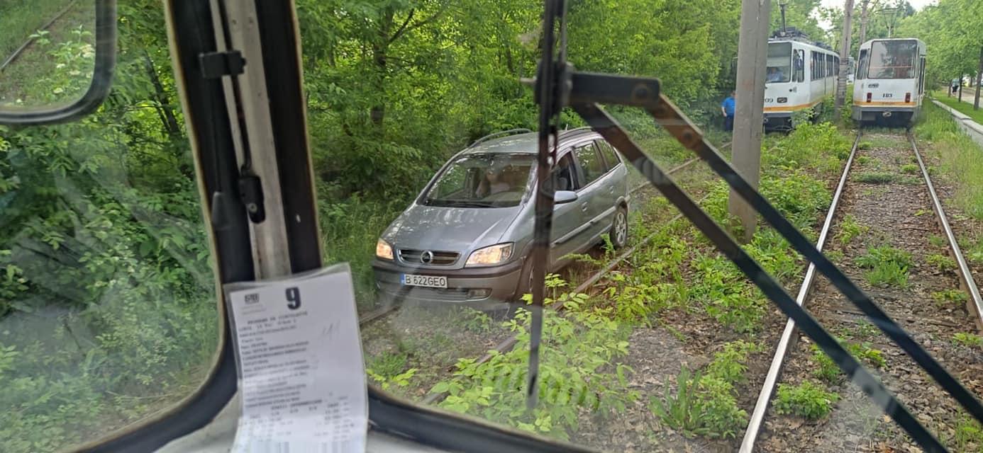 O mașină a rămas blocată pe șinele de tramvai în Pipera