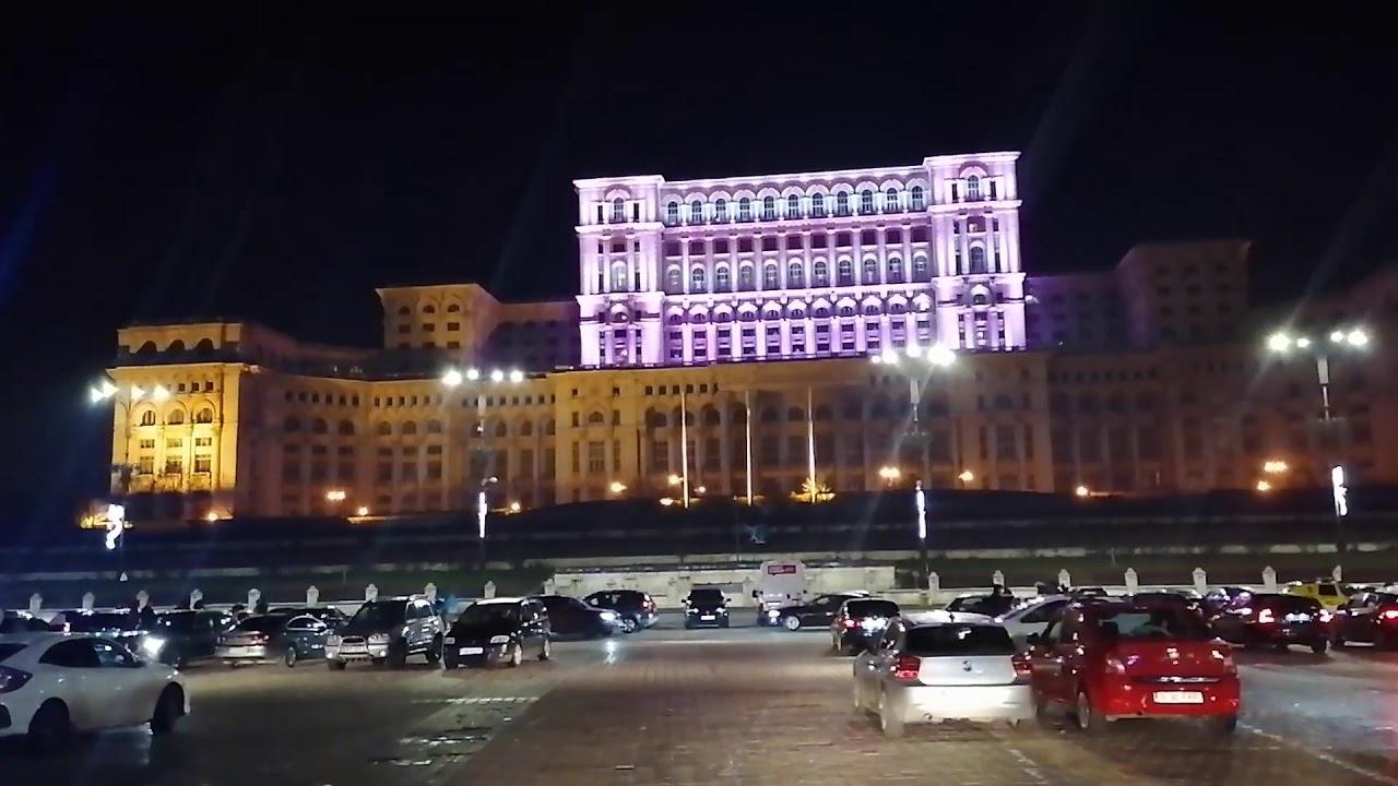 """Tinerii au sărbătorit """"marea relaxare"""" în Piața Constituției din București"""