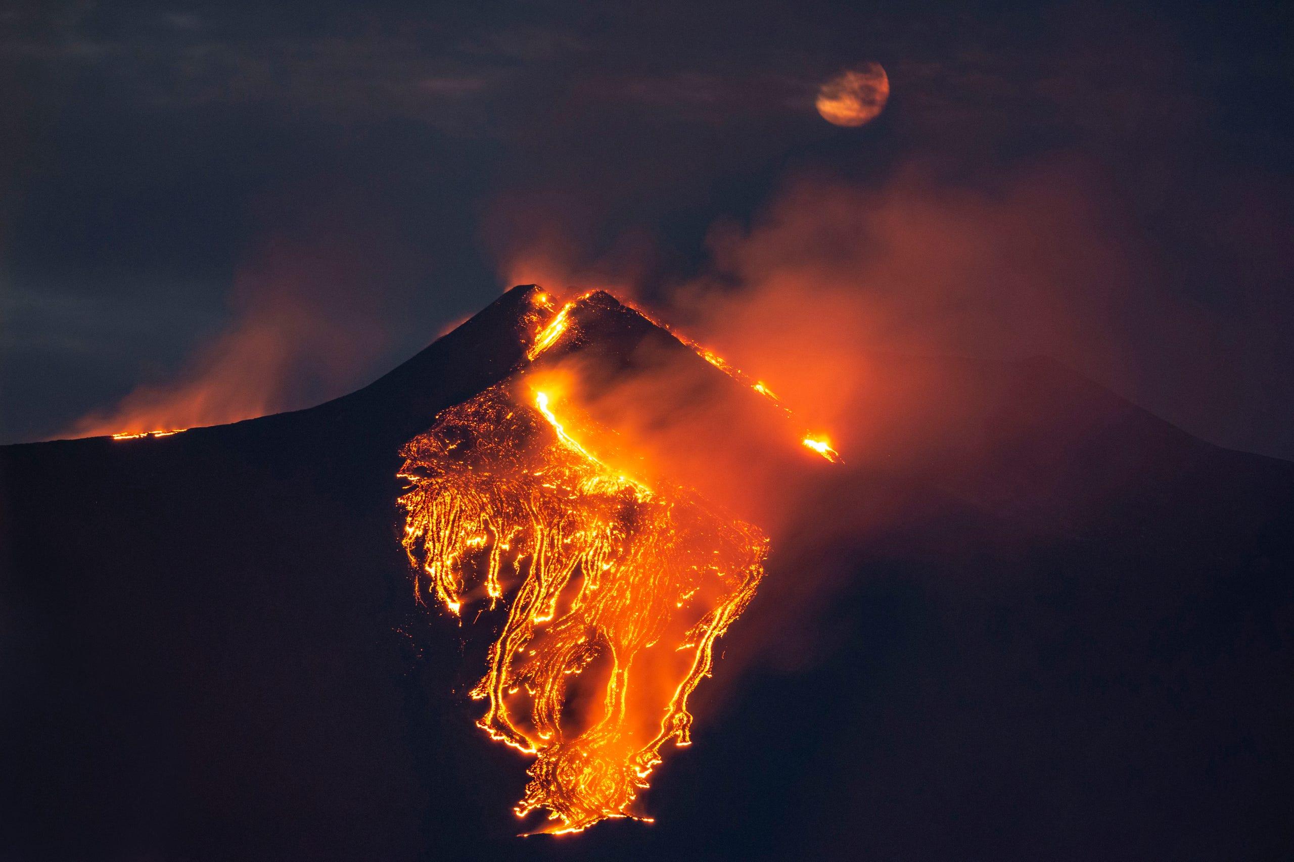 Vulcanul Etna a erupt