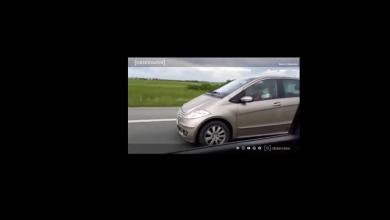 Photo of Asta n-ați mai văzut de mult. Un șofer inconștient a condus pe Autostrada A1 cu un copil mic în brațe și altul pe bancheta din spate VIDEO