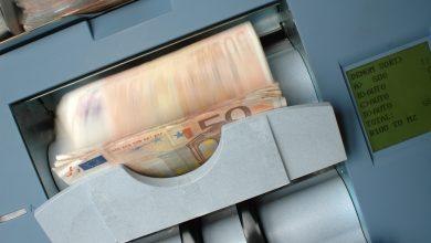 Photo of Un bărbat a cărat sute de mii de euro într-o sacoșă de rafie, în centrul Bucureștiului. Polițiștii vor să afle de unde provin banii