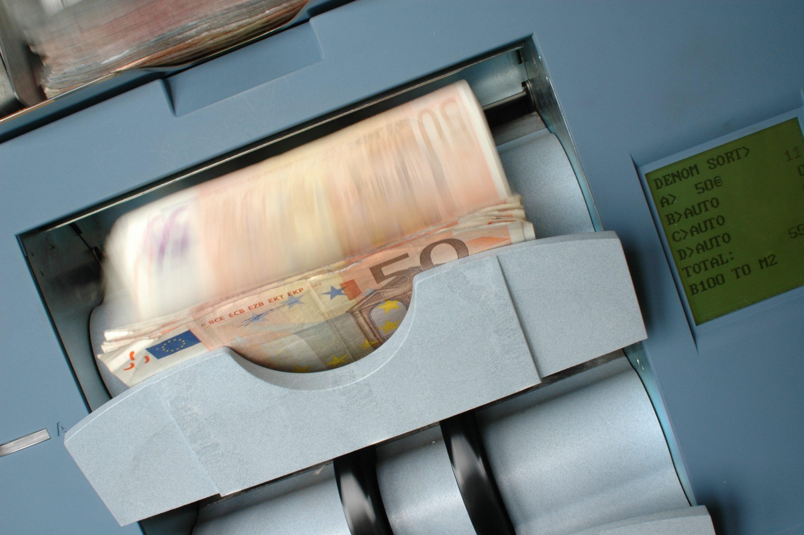 Un bărbat a cărat sute de mii de euro într-o sacoșă de rafie, în centrul Bucureștiului. Polițiștii vor să afle de unde provin banii