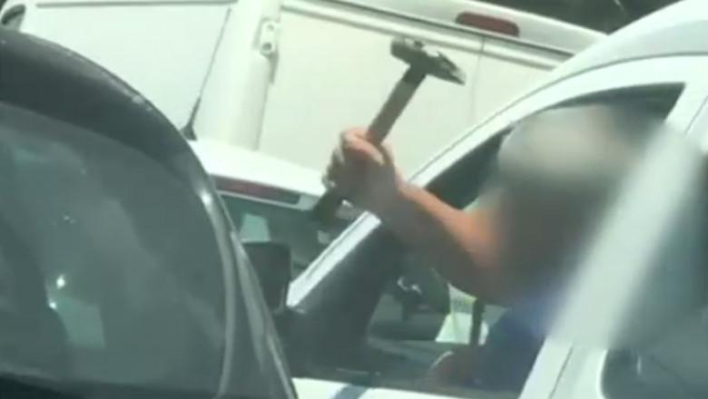 Un șofer a amenințat cu un ciocan un alt conducător auto în București