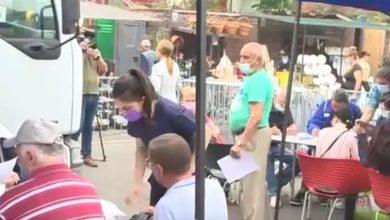 Photo of Vaccinul și micii merg mână în mână la Piața Obor. Lumea stă la coadă să se vaccineze și apoi să primească micii gratis