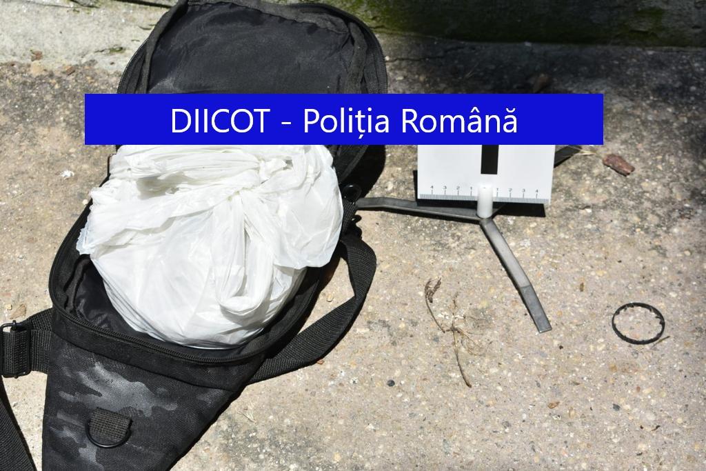Unde arunci și unde pică: Un traficant din Capitală și-a aruncat rucsacul plin cu heroină pe geam. Marfa a căzut la picioarele polițiștilor