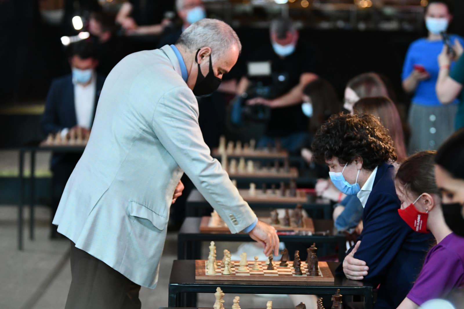 Nicușor Dan a jucat șah alături de Garry Kasparov. Totul a avut loc la deschiderea turneului de șah Superbet Chess Classic Romania 2021, la București