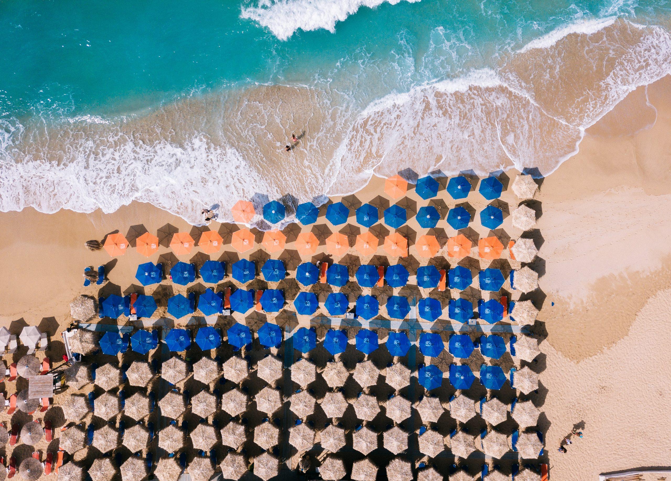 Noi reguli pentru plaje: distanță de 2 metri între șezlonguri, restricționarea accesului dacă este aglomerație