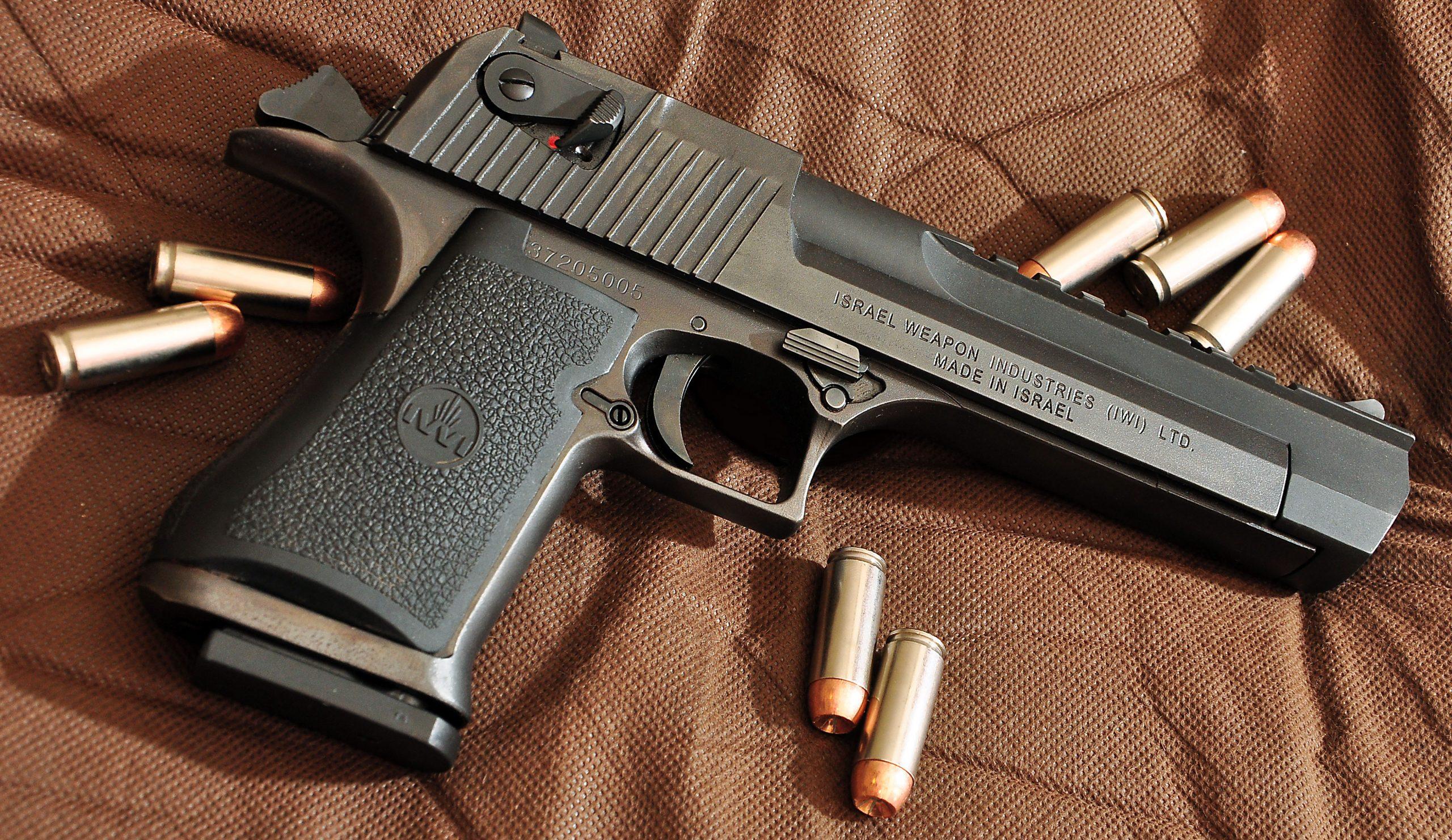 Un bucureștean și-a uitat pistolul în cabina de probă din mall