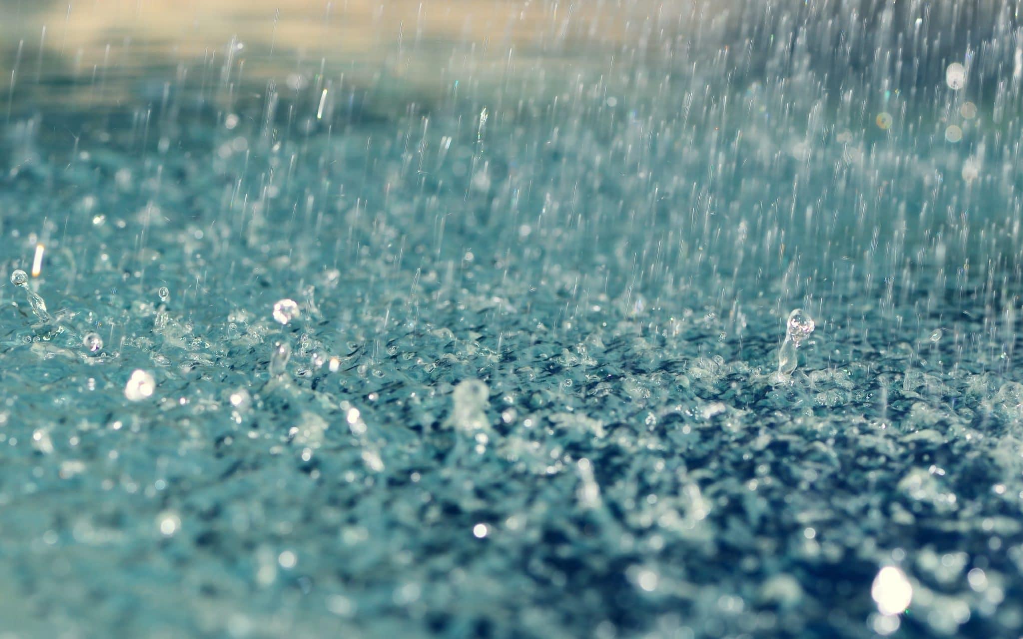 va ploua torențial în Capitală