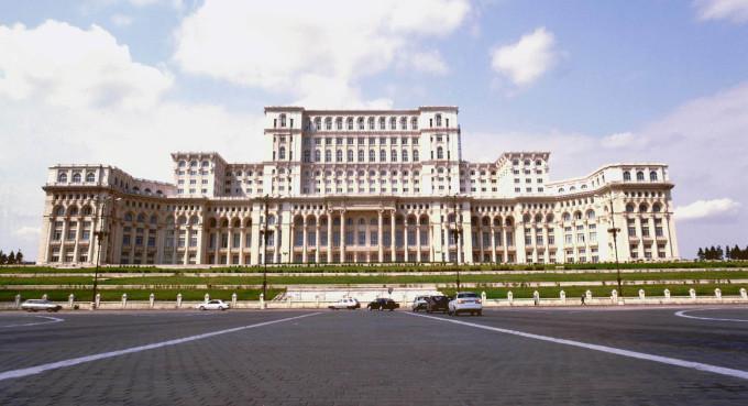 proiecţii video pe faţada Palatului Parlamentului de Ziua Eroilor