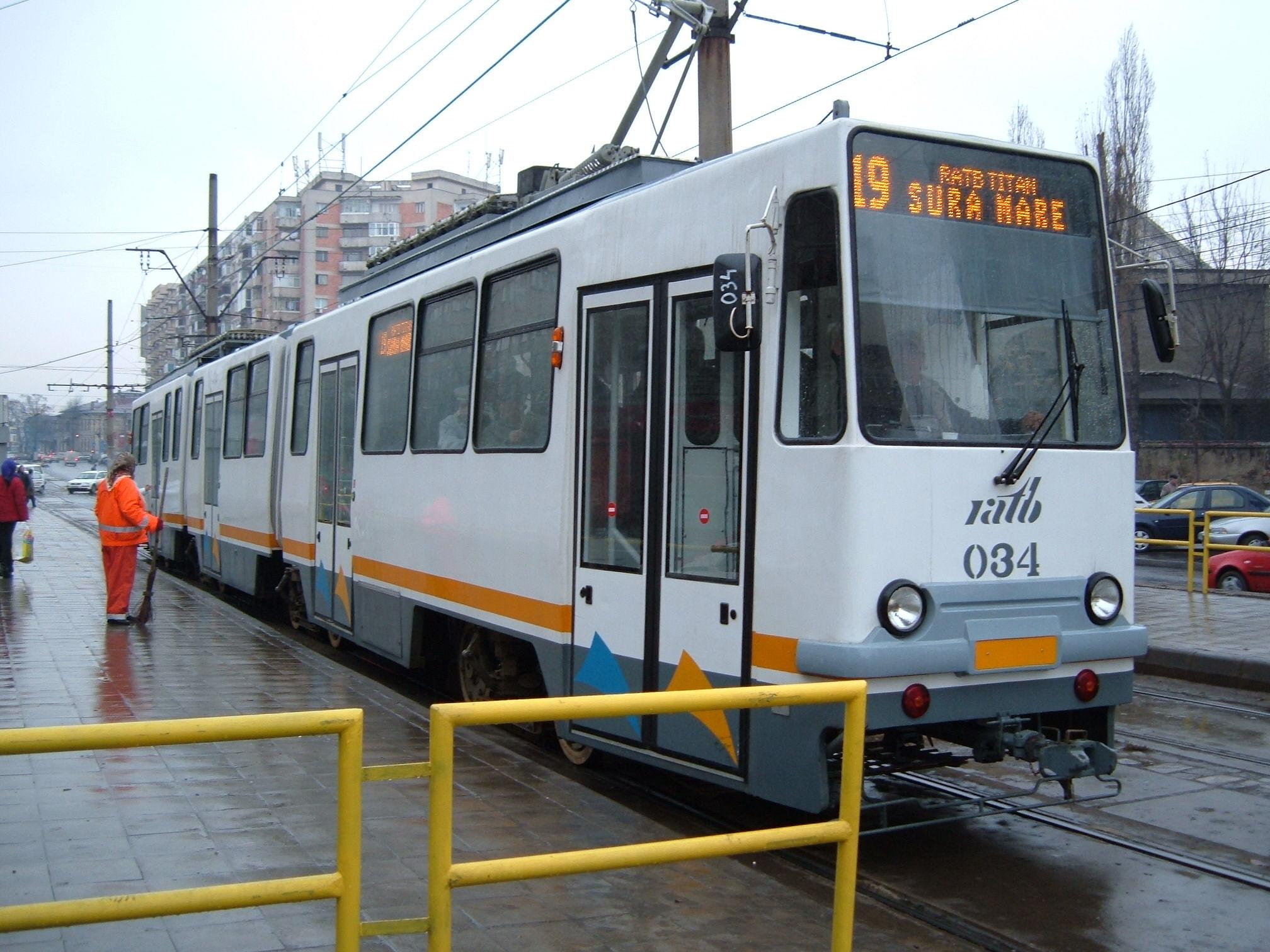 Călător rănit în tramvaiul 19 din București. Șina de tramvai a străpuns podeaua