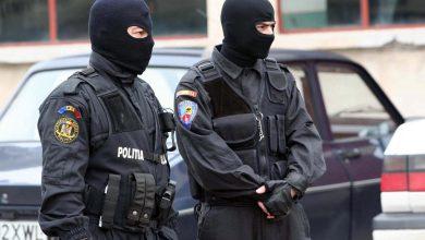 Photo of S-au dus să ridice un colet de la o firmă de curierat, dar au fost luați pe sus de polițiști. Acum s-au ales cu dosar penal pentru trafic de droguri