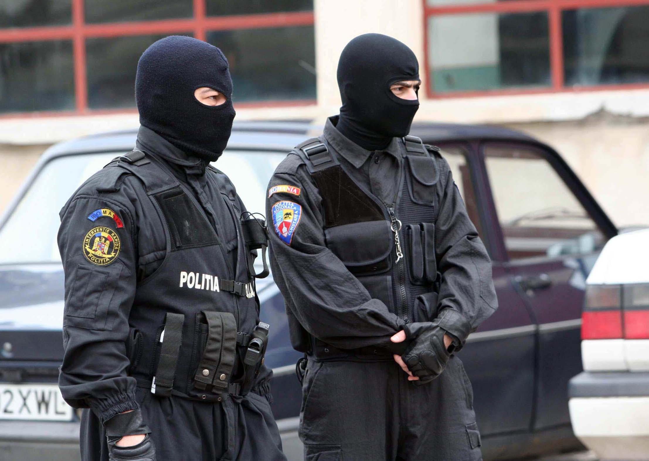 S-au dus să ridice un colet de la o firmă de curierat, dar au fost luați pe sus de polițiști. Acum s-au ales cu dosar penal pentru trafic de droguri