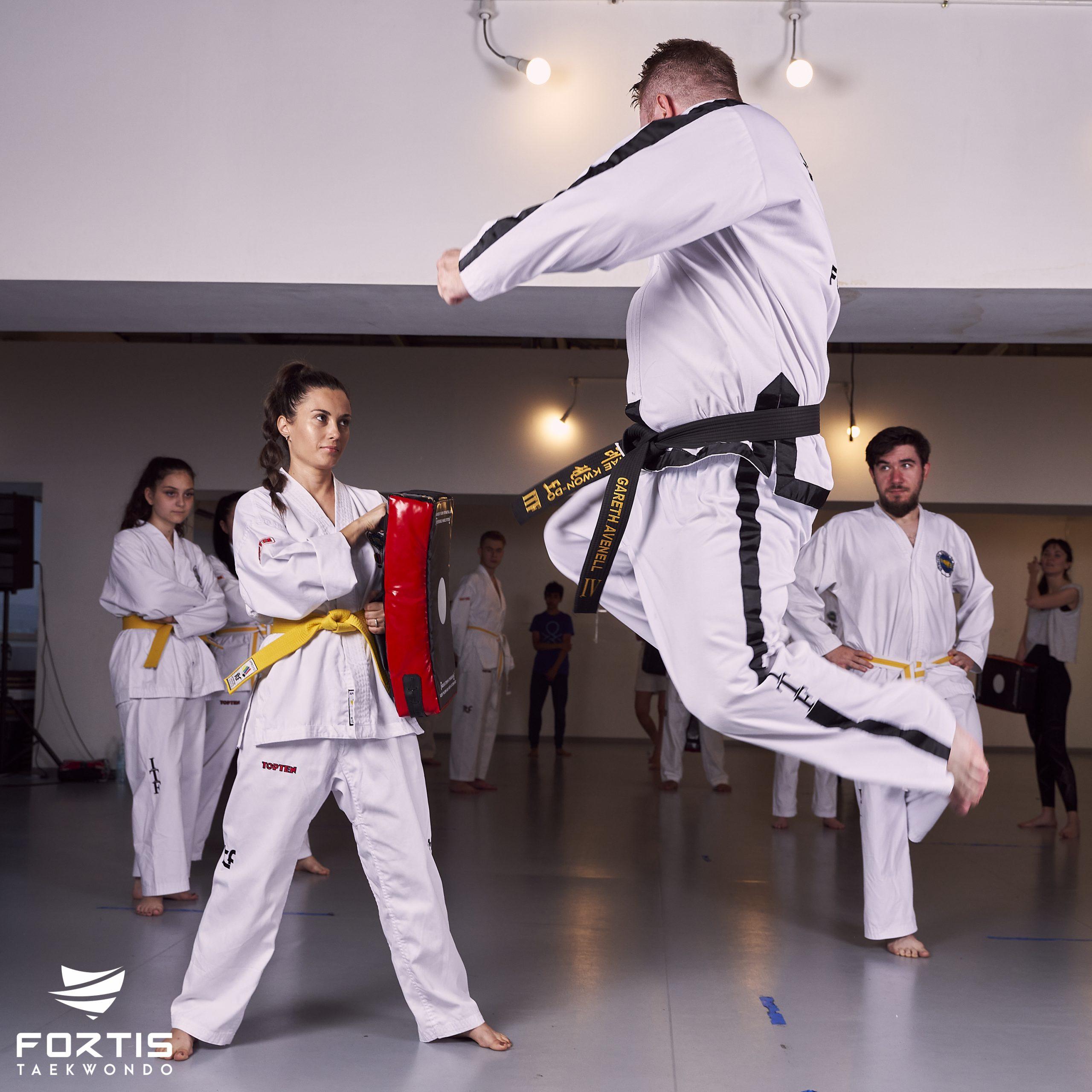 Taekwondo la București cu Gareth. Profesorul englez de științe care s-a îndrăgostit de România și predă arte marțiale în Capitală
