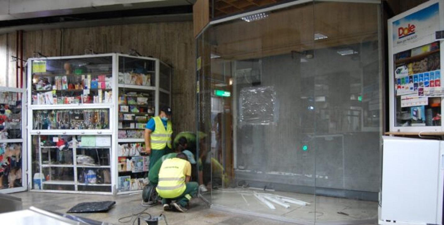 Au fost demolate chioșcurile ilegale de la stația de metrou Izvor. Piedone, ironic: Am venit să îmi iau și eu jumătatea aia de stație. Sursă foto: Ziarul de Investigații