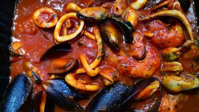 Photo of Din năvod, în farfurie. Piaţa de peşte de la Obor. Milacop proaspăt la grătar şi tigaie picantă cu calamari, creveţi şi carne de midii în sos de roşii cu ardei iute