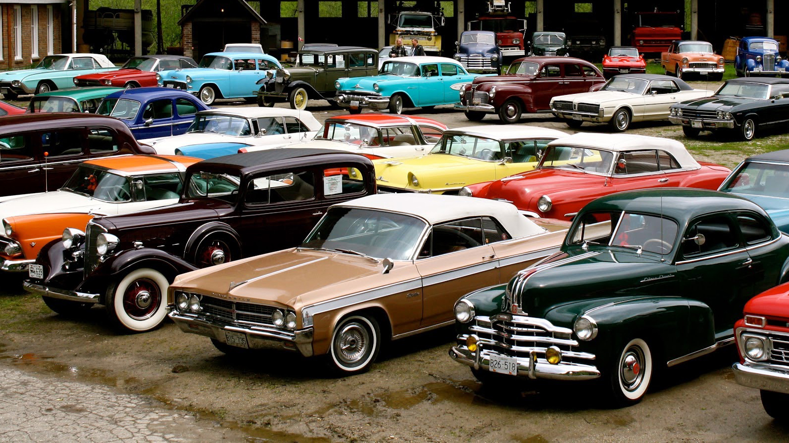 Ești pasionat de mașini retro? Peste 30 de modele de colecție în parcarea unui centru comercial din București