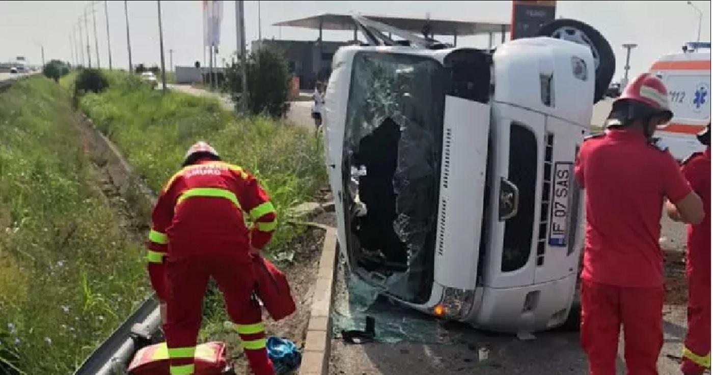 Un microbuz s-a răsturnat pe Autostrada Soarelui