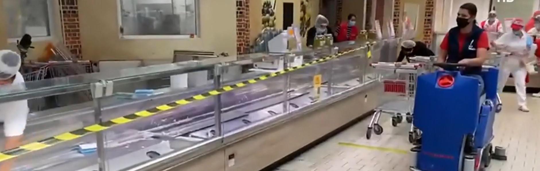 Un hipermarket din București a fost închis de ANPC. Inspectorii au găsit produse expirate și alimente lăsate în soare