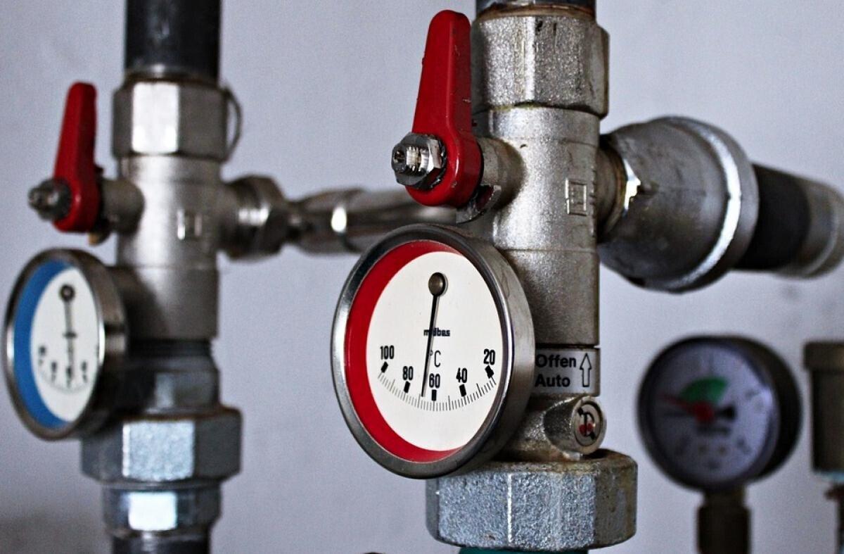 Avarie majoră la rețeaua de apă caldă din București. Apa vine, dar e rece. Bonus: Cât plătim pentru apa caldă rece