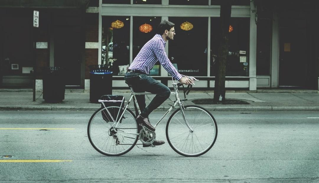 Un tânăr care se plimba cu bicicleta prin București și pipăia femei din mers