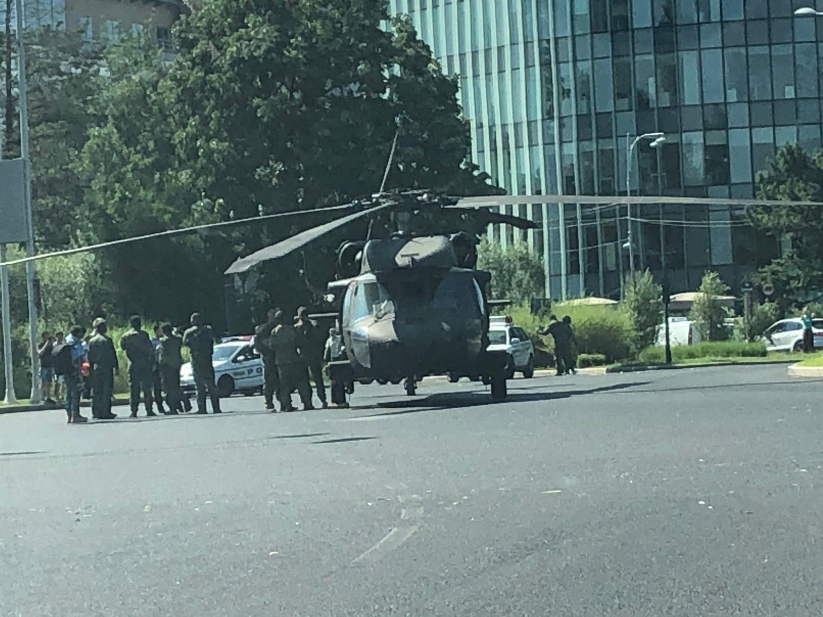 Momentul în care elicopterul militar american aterizează forțat în Piața Charles de Gaulle