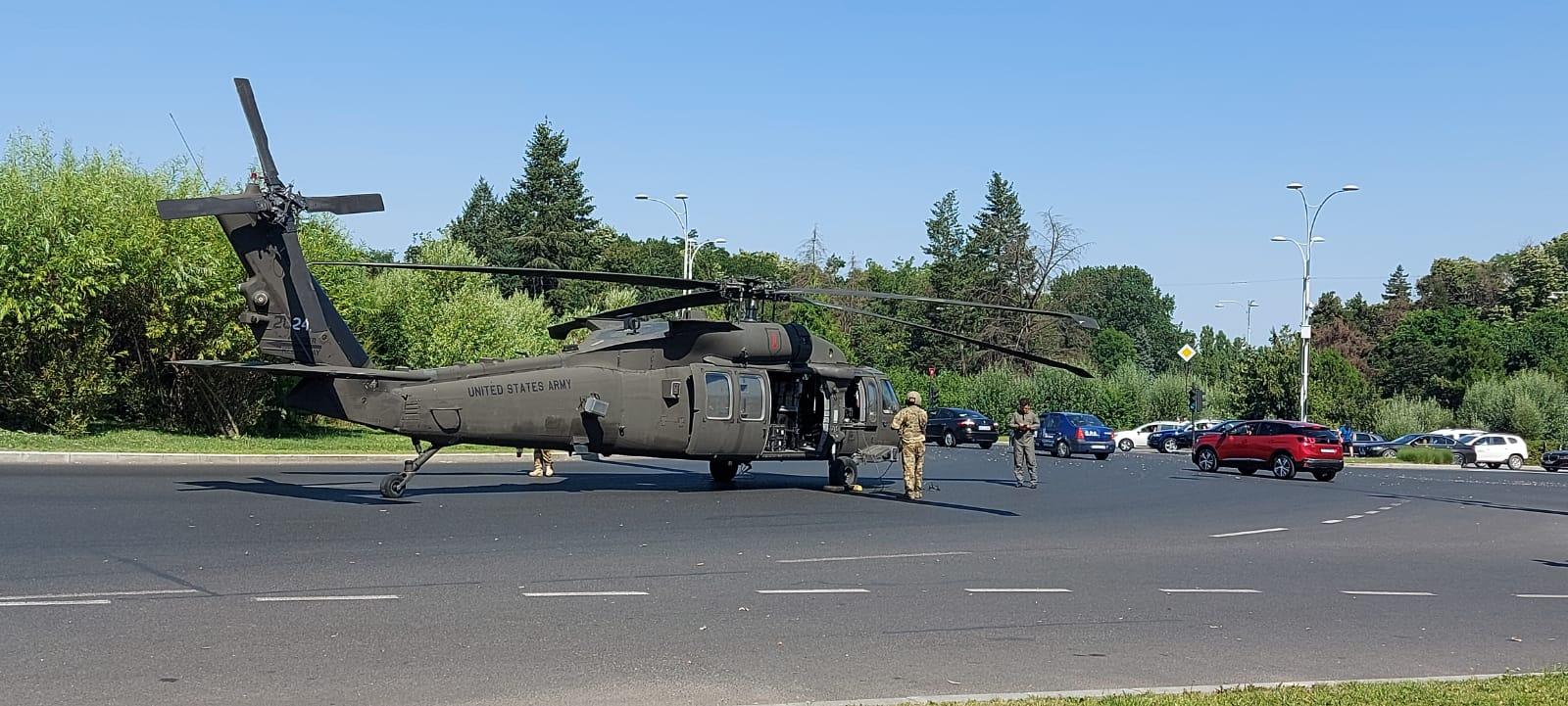 Incident aviatic în București. Un elicopter a aterizat în mijlocul Pieței Charles de Gaulle din Capitală