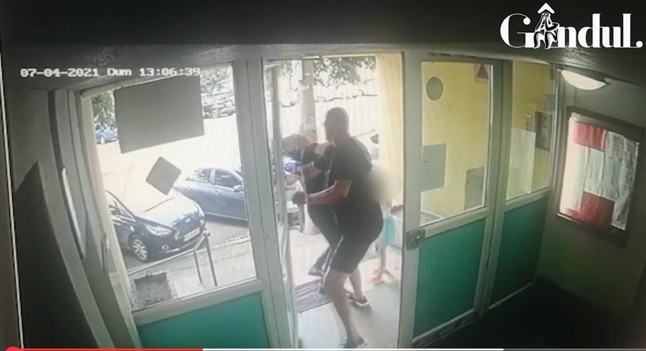 Femeie din București bătută de un vecin în fața fetiței sale. 80 de femei sunt agresate fizic zilnic în România | VIDEO