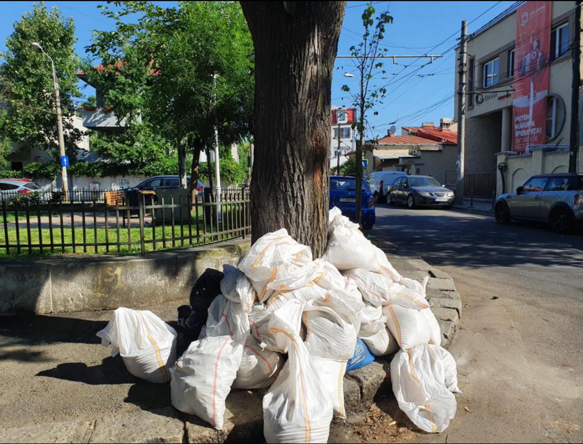 Zeci de saci de moloz aruncați pe străzile din Sectorul 2. Radu Mihaiu a intervenit: Foarte rău că îi doare în cot de restul lumii