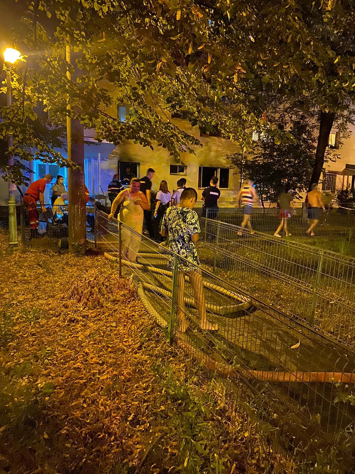 Incendiu la parterul unui bloc din Sectorul 3, un apartament a ars complet. Un copil a scăpat din flăcări și a sunat la 112 FOTO