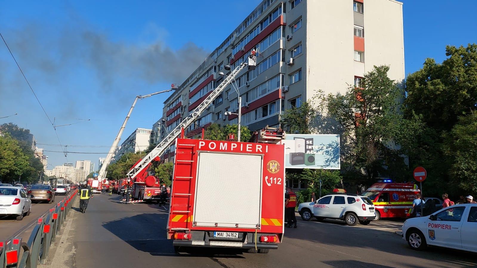Incendiu în București. 30 de persoane au fost evacuate, iar două au fost transportate la spital